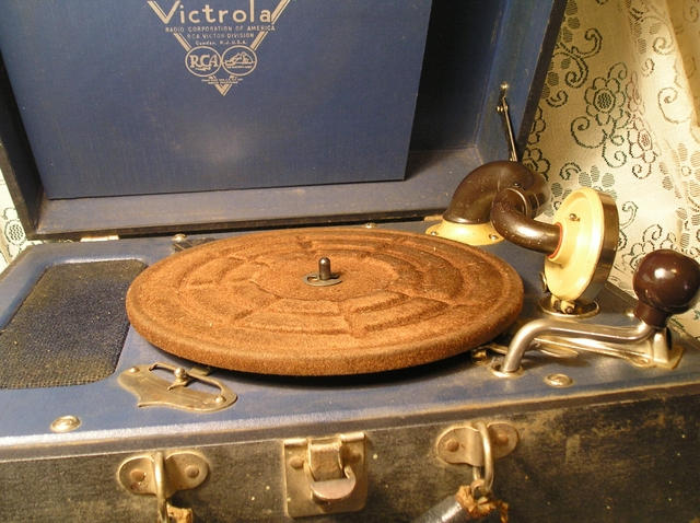 ANTIQUE RCA CRANK UP VICTROLA RECORD PLAYER