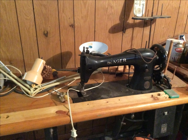 SINGER INDUSTRIAL SEWING MACHINE. WITH TABLE