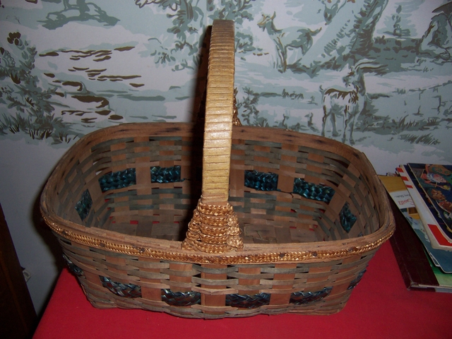 Woven Disc Basket : Viintage woven wicker rectangle basket with handle