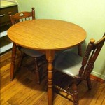 Small Round 3' Dia Early American Kitchen Table w/2 Chairs